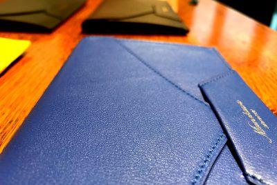 封筒型長財布Encaseの型押しバージョンが登場