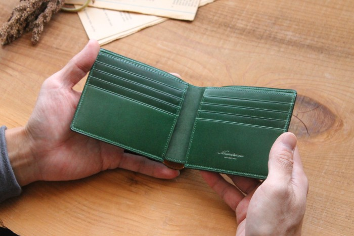 Having a thin bi-fold wallet, Feel card