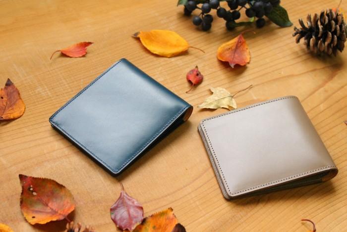 二つ折り財布を薄く持つ。小銭入れを省いた二つ折り財布Feel card
