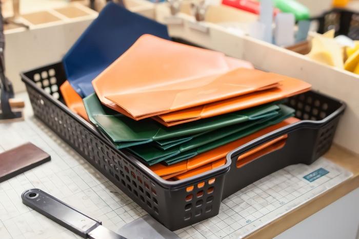 今日はみんなで人気の長財布をつくっておりました