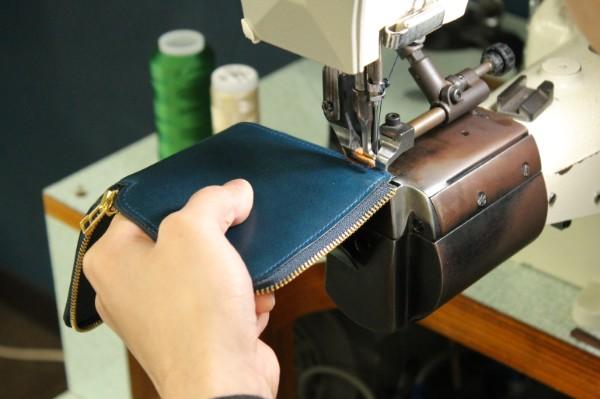 L字ファスナー財布Cramの製作が進んでいます。