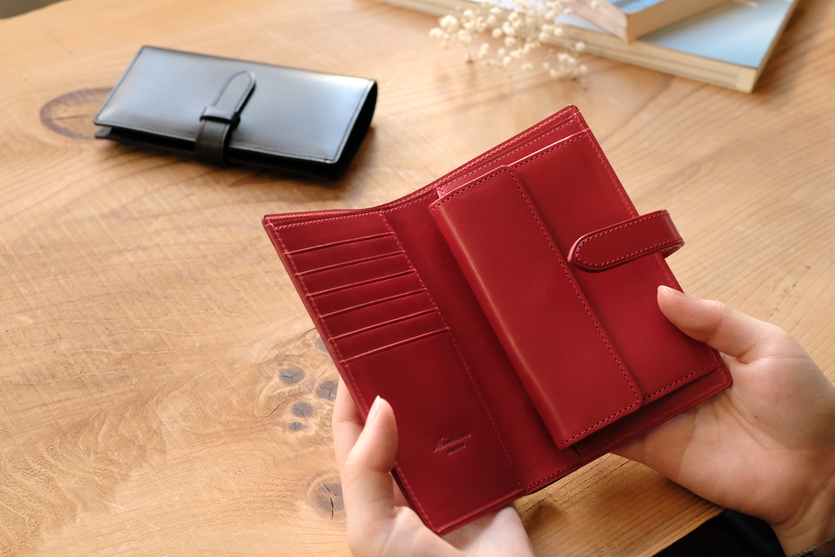 Bi-fold purse  Fasten