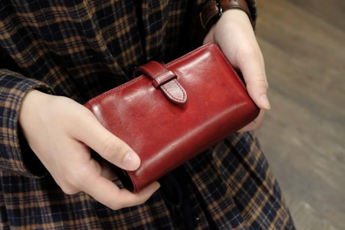 ストラップ付縦長二つ折り財布 Fastenの使い方 の動画を公開しました。