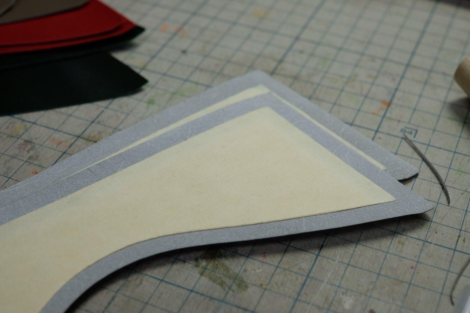 封筒型長財布の製作風景・前面部分の糊付け
