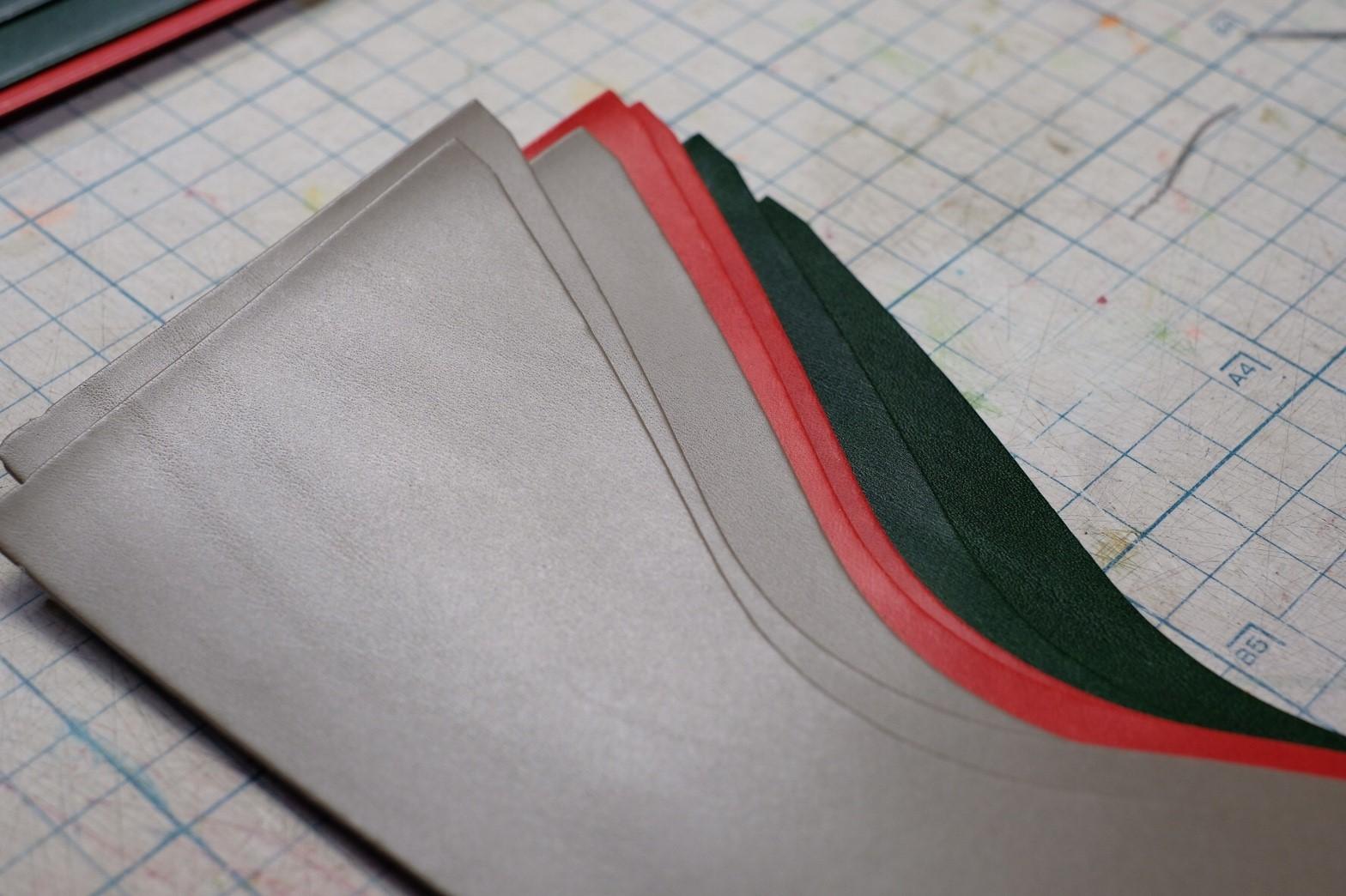 封筒型長財布の製作風景・芯材と革の圧着