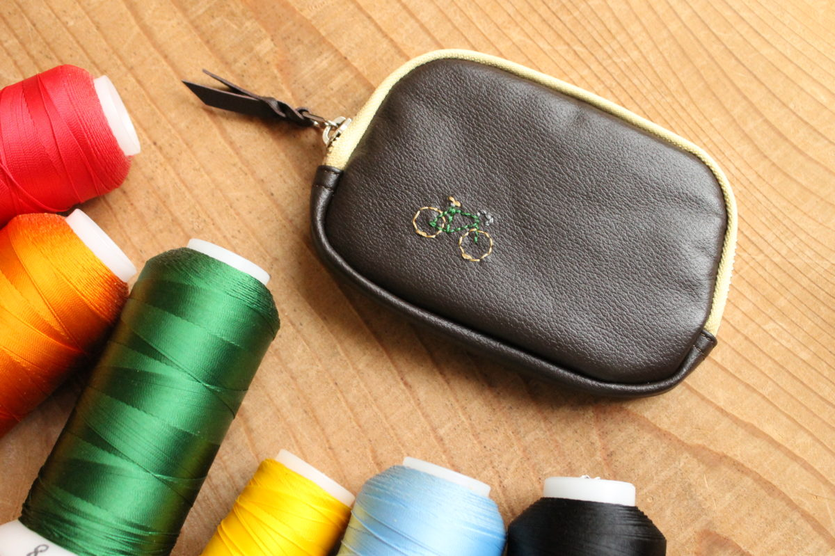 レザープレイポーチワークショップで行う刺繍をスタッフが体験。