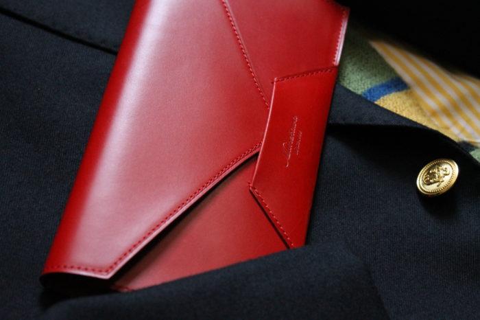 収納力がなせるスタイリッシュさ。封筒型長財布Encase