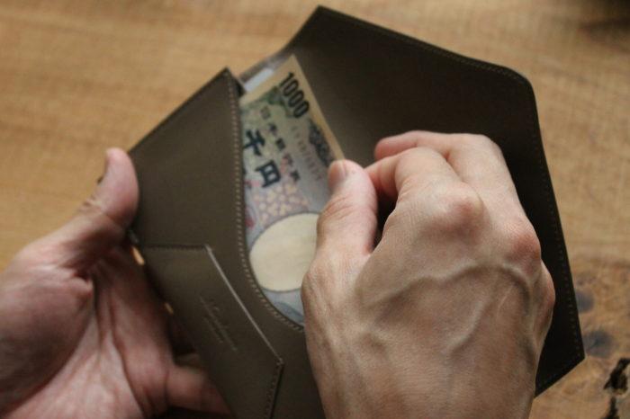 分けて持つのも、一緒に持つのも。財布の選び方