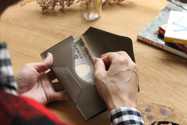 紙幣を美しく扱いたい方へ。封筒型長財布Encase