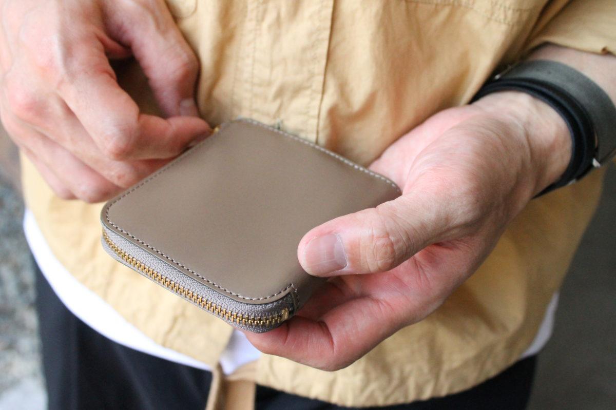 L字ファスナー財布Cramの製作風景 ①カードスリーブへの刻印