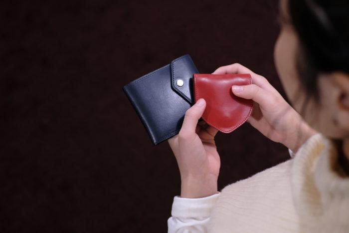 女性スタッフ使用の札入れとコインケース