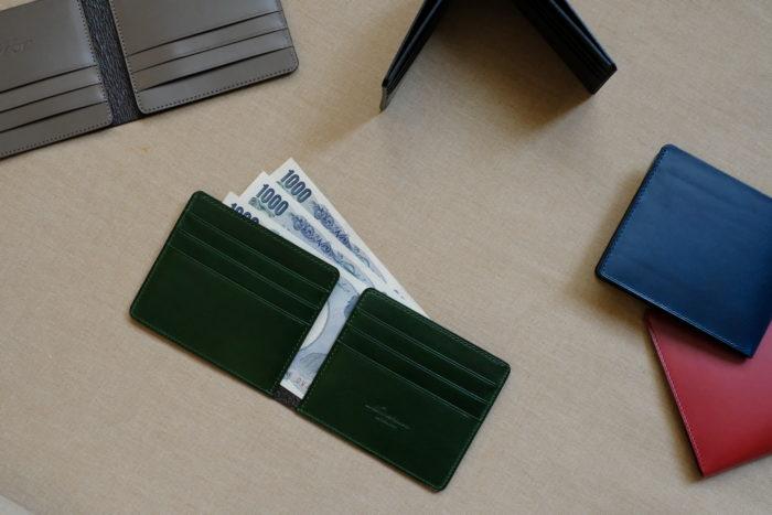 ミニマムに削ぎ落された二つ折り財布