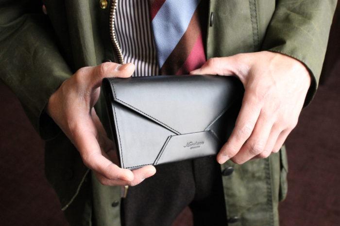 上品さと個性を演出する、封筒型長財布Encase