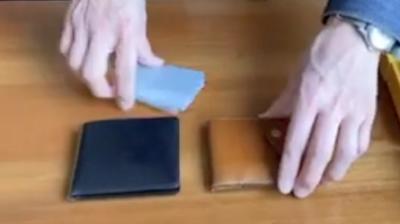 2種類の二つ折りタイプのコンパクトウォレット