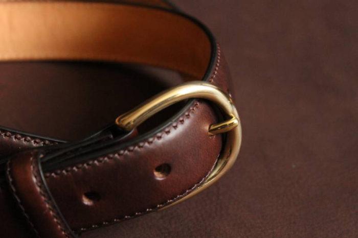 真鍮と革の自然な風合いの組み合わせ