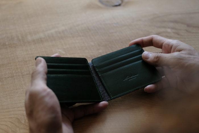 フォーマルに合わせる二つ折り財布