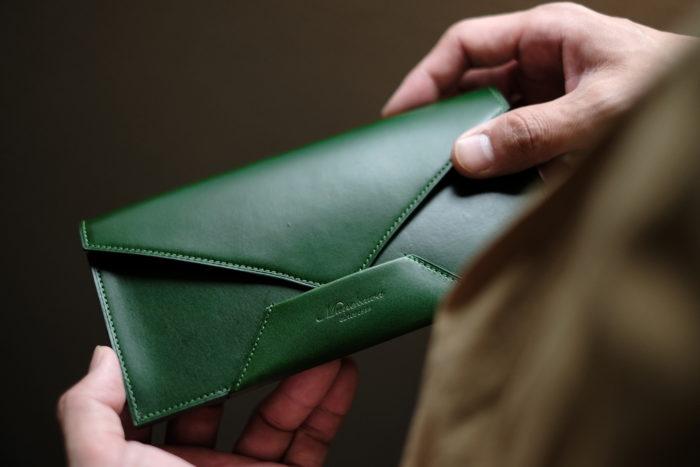 封筒型長財布 Encaseのグリーン