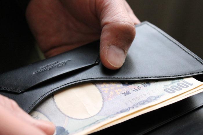 美しい所作をイメージする長財布。