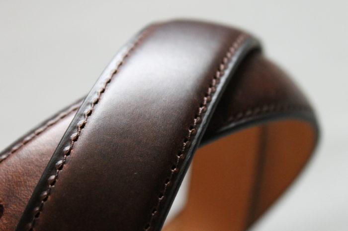 シンプルなデザインと素材感を楽しむベルト Brass
