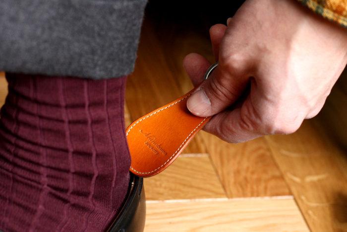 気軽に革の上質さを。靴ベラキーリング Grid