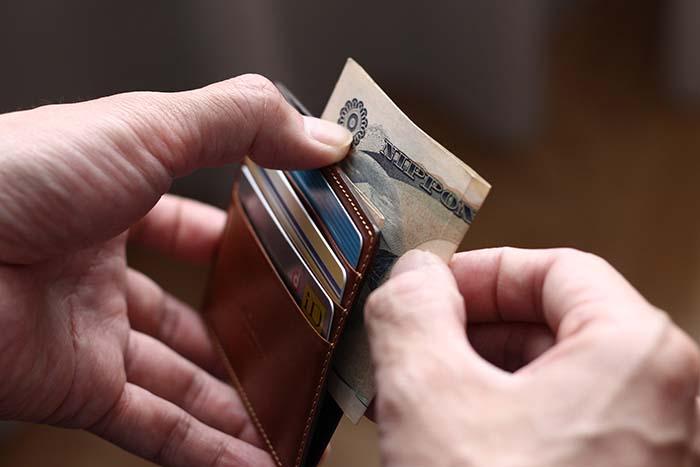 薄くコンパクトな革製品(財布)